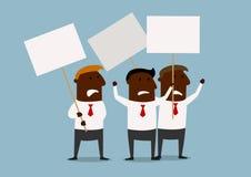 Grupp av affärsmän som protesterar med plakat Arkivbild