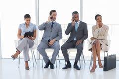 Grupp av affärsfolk i ett väntande rum Arkivbilder