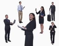 Grupp av affärsfolk som arbetar och att tala på telefonen som går, studioskott, full längd Royaltyfri Bild