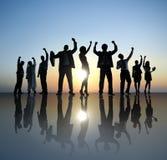 Grupp av affärsfolk som firar framgångbegrepp Arkivfoton