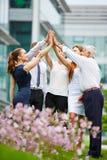 Grupp av affärsfolk som ger höjdpunkt fem Royaltyfri Fotografi