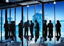Grupp av affärsfolk som hårt sent arbetar Arkivbilder