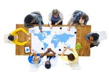 Grupp av affärsfolk som möter världskartan Fotografering för Bildbyråer