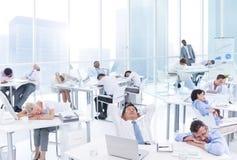 Grupp av affärsfolk som sover i kontoret Arkivbilder