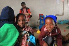 Grupp av afrikanska barn som spelar i en förträning, Swaziland, sydliga Afrika Arkivfoto