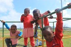 Grupp av afrikanska barn som spelar utanför i en lekplats, Swaziland, sydliga Afrika Royaltyfri Fotografi