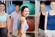 Grupp av aktivfolk på idrottshallen Royaltyfri Fotografi