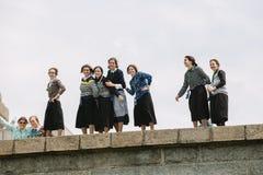 Grupp av Amish unga kvinnor som besöker statyn av frihet Arkivbild