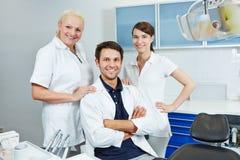 Grupp av anställda på tandläkaren Arkivbilder