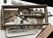 Grupp av antika medicinska förnödenheter arkivfoton