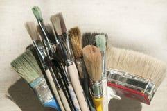Grupp av använda målarfärgborstar Arkivfoton