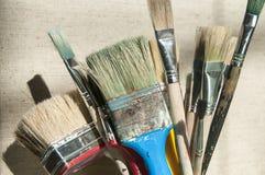Grupp av använda målarfärgborstar Fotografering för Bildbyråer