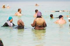 Grupp av arabiska kvinnor på stranden Royaltyfria Bilder