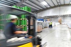 Grupp av arbetare i logistikbranscharbetet i ett lager w royaltyfri foto
