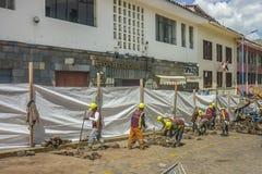 Grupp av arbetare som reparerar gatan Fotografering för Bildbyråer