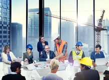 Grupp av arkitekten och teknikern Discussion royaltyfria foton