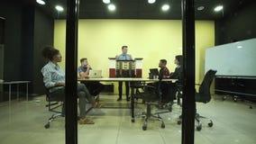Grupp av arkitekter i konferensrum arkivfilmer