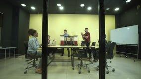 Grupp av arkitekter i konferensrum lager videofilmer