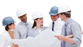 Grupp av arkitekter som diskuterar ett konstruktionsplan Royaltyfri Bild