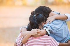 Grupp av asiatiska barn som tillsammans kramar och spelar Royaltyfri Fotografi