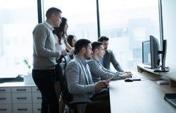 Grupp av att arbeta för affärsfolk och för programvarubärare arkivbild