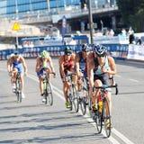 Grupp av att cykla för triathletes Arkivbilder