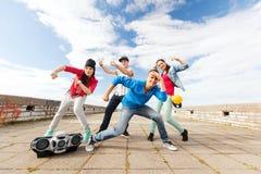 Grupp av att dansa för tonåringar Royaltyfri Bild