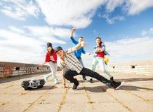 Grupp av att dansa för tonåringar Arkivbilder