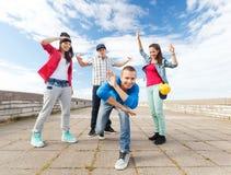 Grupp av att dansa för tonåringar Royaltyfria Bilder