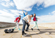Grupp av att dansa för tonåringar Fotografering för Bildbyråer