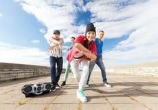 Grupp av att dansa för tonåringar Arkivbild