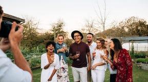 Grupp av att festa och att posera för ett fotografi royaltyfri fotografi