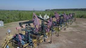 Grupp av att fungera olje- pumpar lager videofilmer
