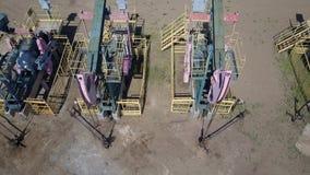 Grupp av att fungera olje- pumpar arkivfilmer