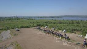 Grupp av att fungera olje- pumpar stock video