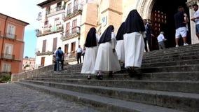 Grupp av att gå nunnor arkivfilmer