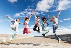 Grupp av att hoppa för tonåringar royaltyfria foton