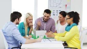 Grupp av att le arkitekter som i regeringsställning arbetar stock video