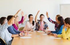 Grupp av att le att rösta för studenter arkivbild