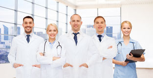 Grupp av att le doktorer med skrivplattan arkivfoto