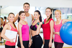 Grupp av att le folk i idrottshallen Royaltyfri Bild