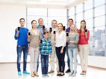 Grupp av att le folk med smartphones Fotografering för Bildbyråer