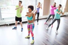 Grupp av att le folk som dansar i idrottshall eller studio Arkivfoton