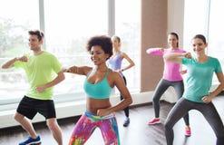 Grupp av att le folk som dansar i idrottshall eller studio fotografering för bildbyråer