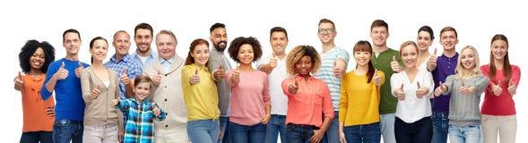 Grupp av att le folk som visar upp tummar arkivfoton