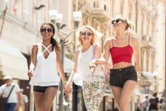 Grupp av att le härliga flickor på sommarsemester Royaltyfria Bilder