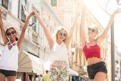 Grupp av att le härliga flickor på sommarsemester Royaltyfri Bild