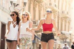 Grupp av att le härliga flickor på sommarsemester Royaltyfri Fotografi