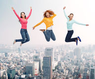 Grupp av att le kvinnor som hoppar i luft Royaltyfri Foto