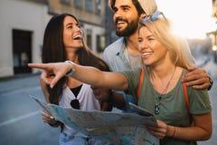 Grupp av att le att resa f?r v?nner Kamratskap, lopp, semester, sommar och folkbegrepp arkivfoton